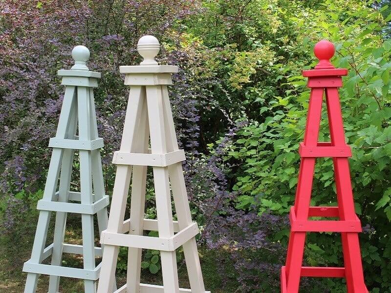 Medinis obeliskas gali būti nudažomas prie aplinkos derančia spalva. Nuotr. Lina Liubertaitė